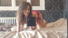 Oksana x en lingerie rouge