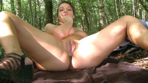 Nue dans la forêt et jeu d'eau