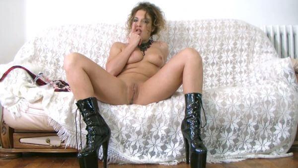 Strip avec mes bottes en cuir sur le canapé