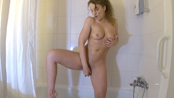 Je me masturbe sous la douche